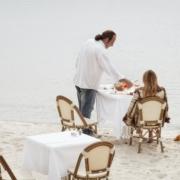 Autorin lässt sich am Strand von Kellner bewirten